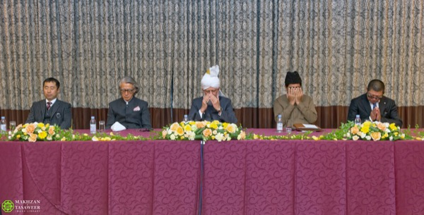 His Holiness, Hazrat Mirza Masroor Ahmad(aba) leading silent prayers at the conclusion of the event. © Makhzan-e-Tasaweer
