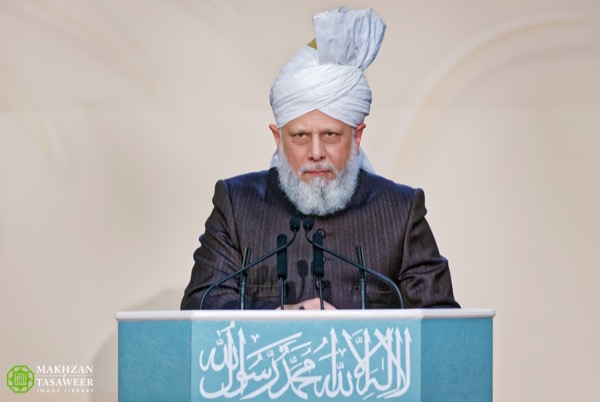 Hazrat Mirza Masroor Ahmadaba addresses the audience at the 13th annual Peace Symposium. © Makhzan-e-Tasaweer