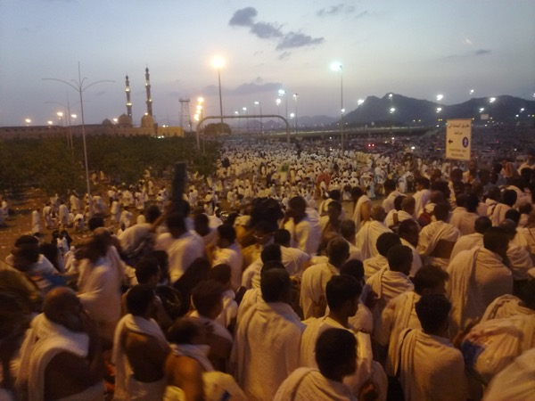 Pilgrims leave Arafat for Muzdalifah near sunset. Omar Chatriwala | Al Jazeera English | Released under CC BY-SA 2.0
